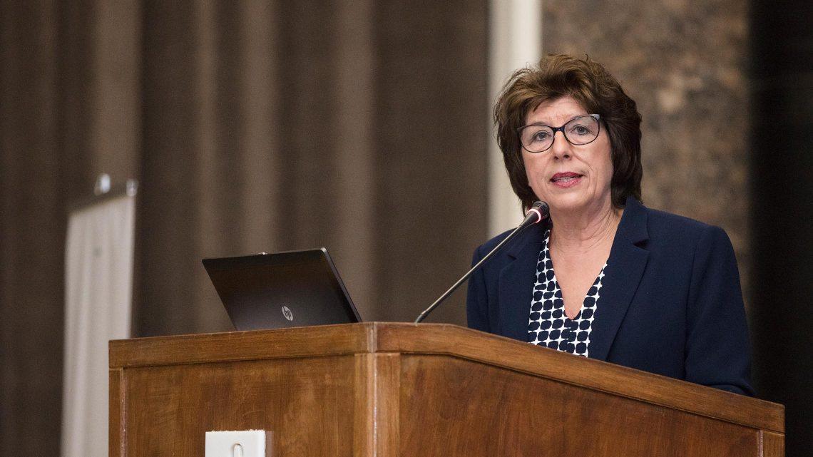 Antonella Quacchia no púlpito do Salão Nobre a falar para a audiência