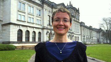 Professora Angela Casini em frente ao edifício principal da Cardiff School of Chemistry