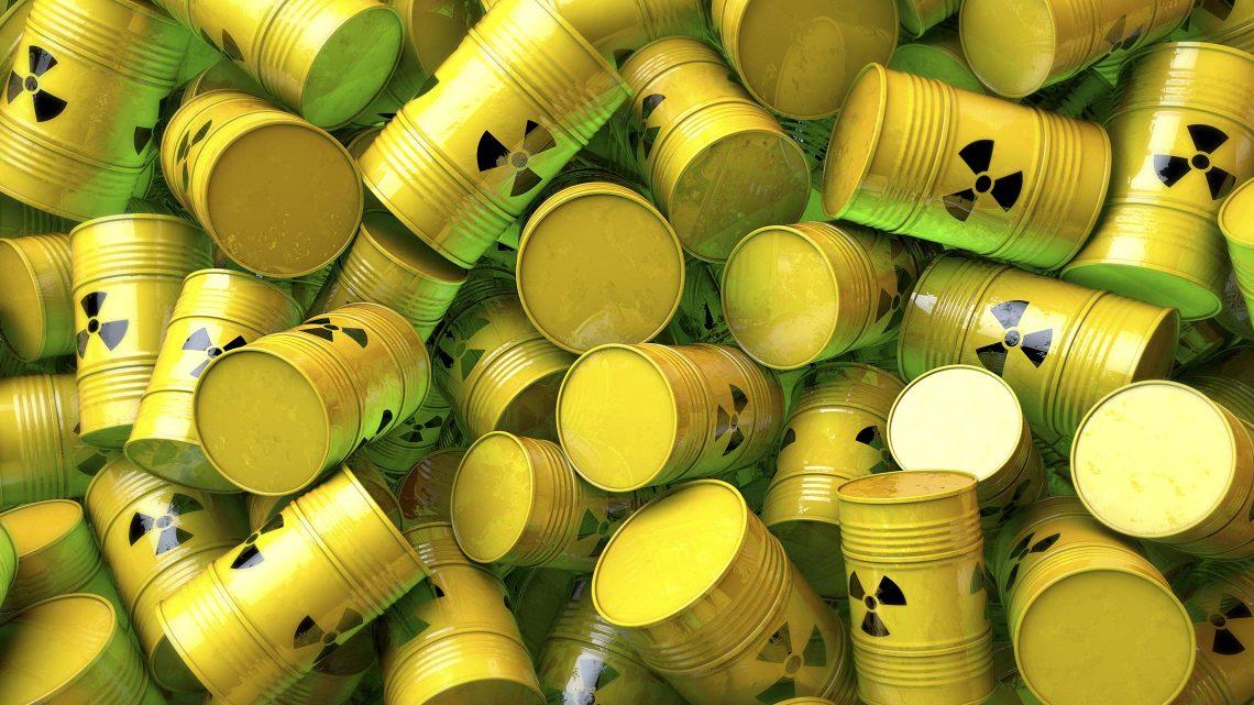 Vários barris amarelos com conteúdos radioativos