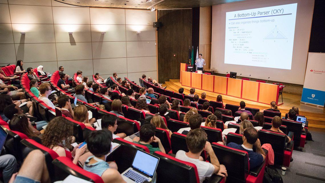 Centro de congressos com alunos, investigadores e professores a ouvir uma palestra