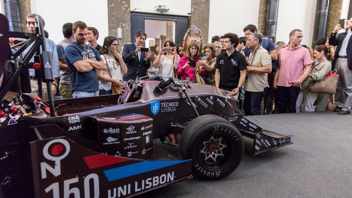 público observa carro construído por alunos da FST