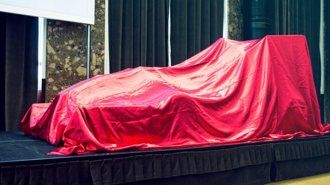 carro coberto por pano vermelho