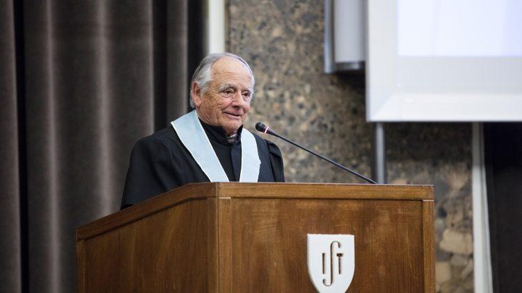 Professor Carlos Mota Soares receives J. N. Reddy medal