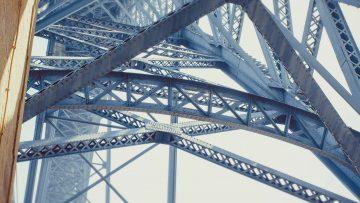Pormenor da estrutura metálica da Ponte Luís I no Porto