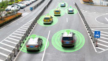 Carros autónomos com sensores inteligentes numa estrada