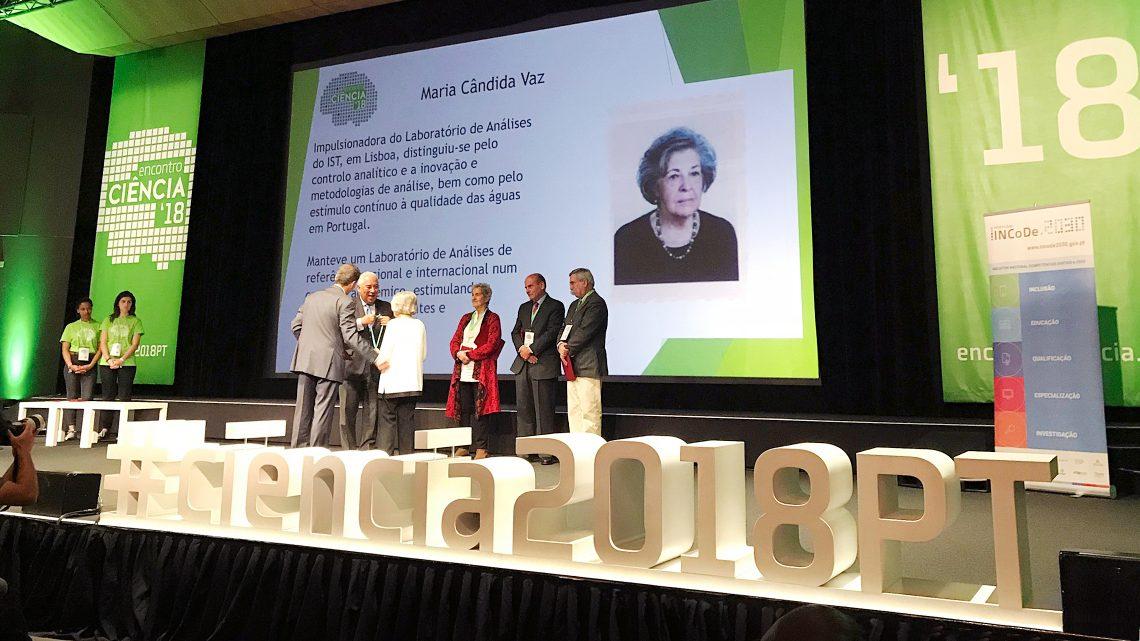 Maria Candida Vaz a receber a medalha de mérito cientifico