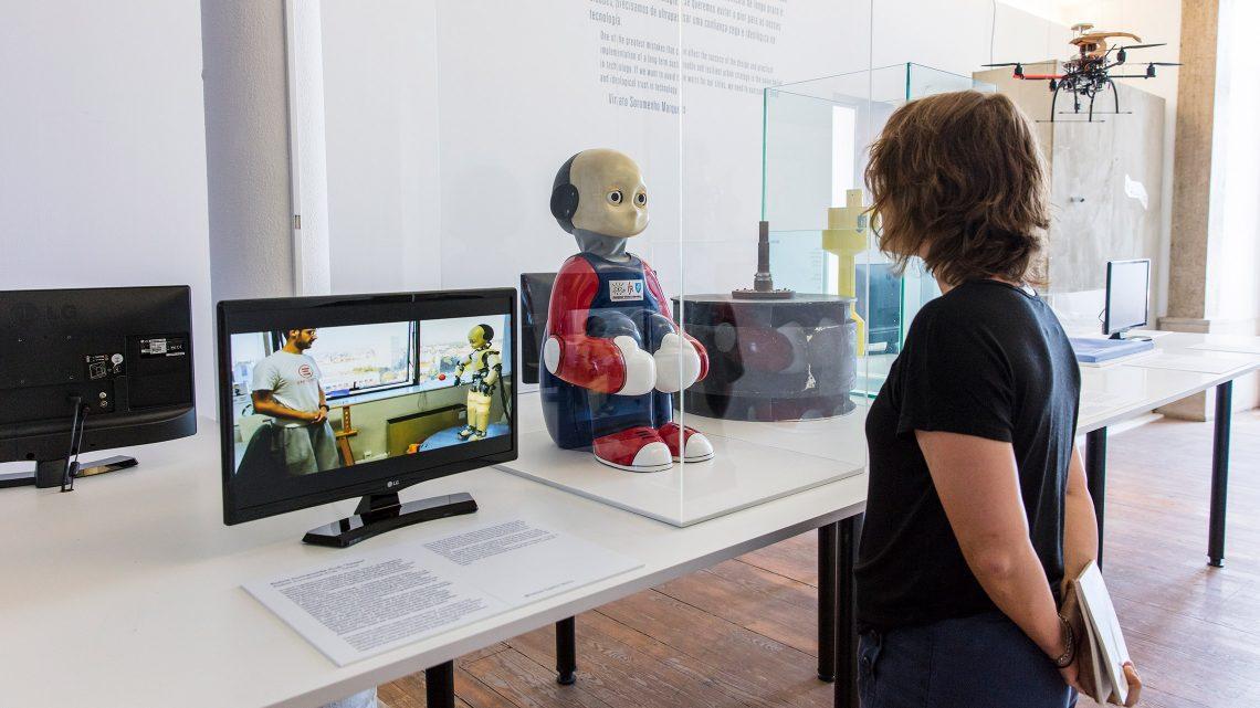 sala com elementos em exposição, robot, drone, televisão