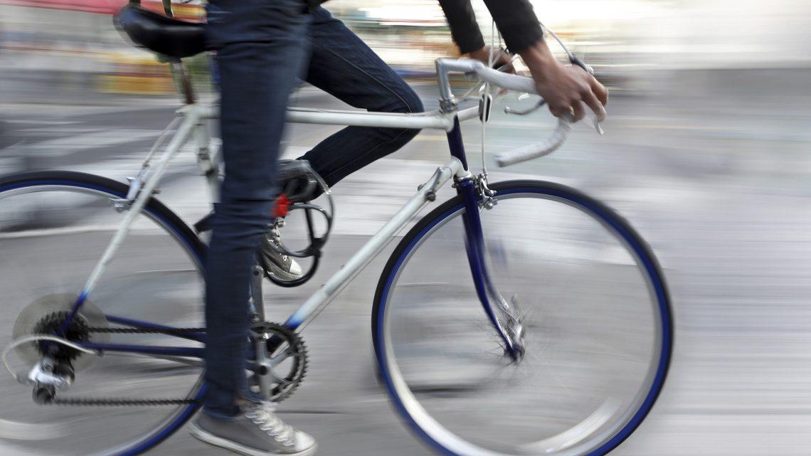 Ciclista num ambiente urbano.