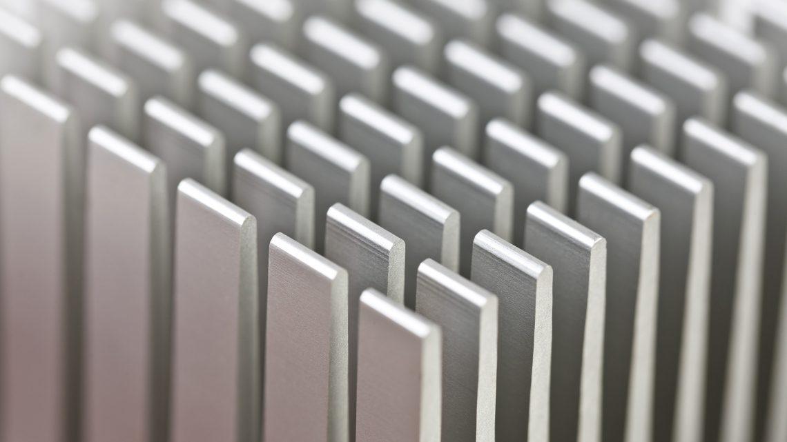 Detalhe de um dissipador de calor de uma motherboard.