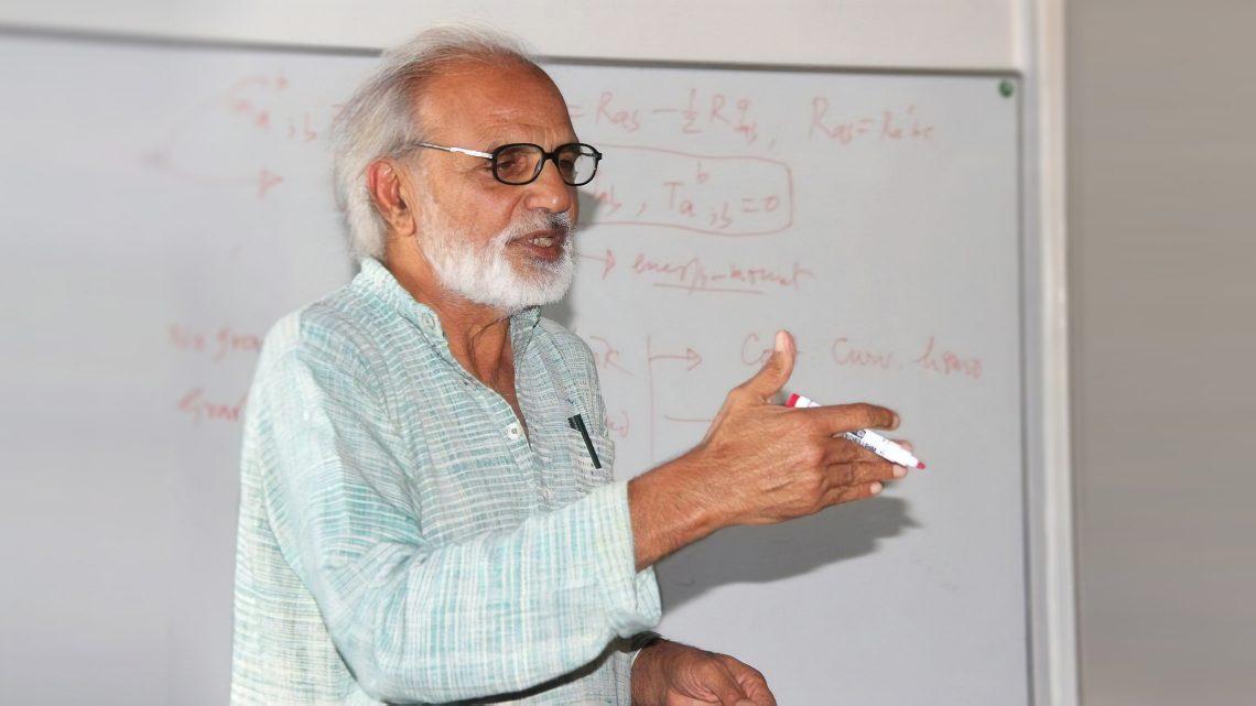 Naresh Dadhich a falar numa aula