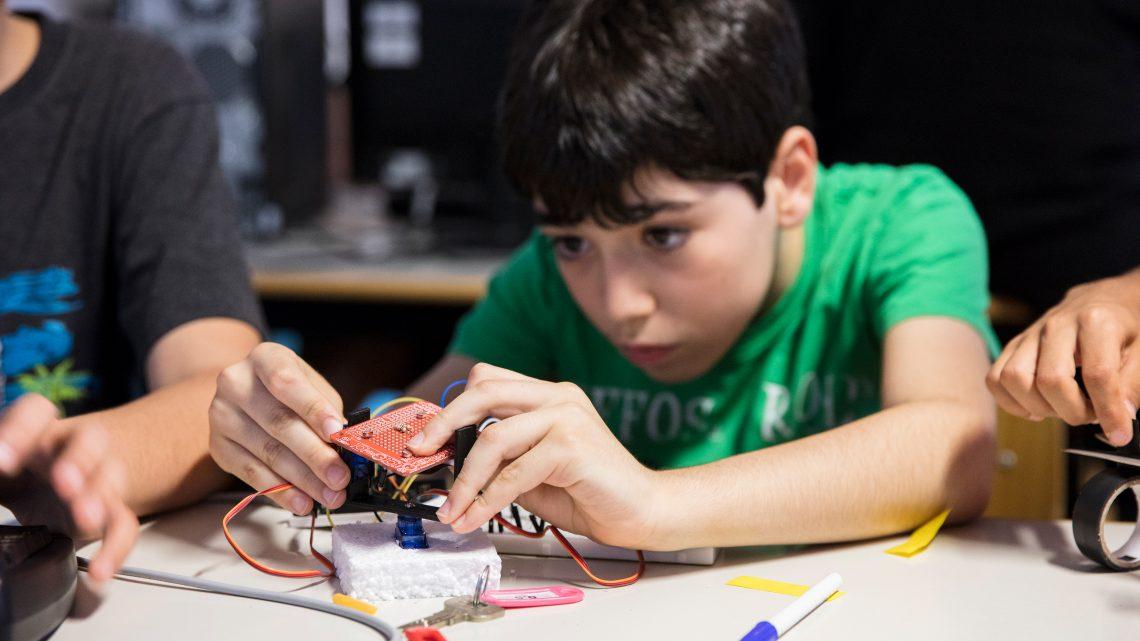 Criança a montar um módulo eletrónico