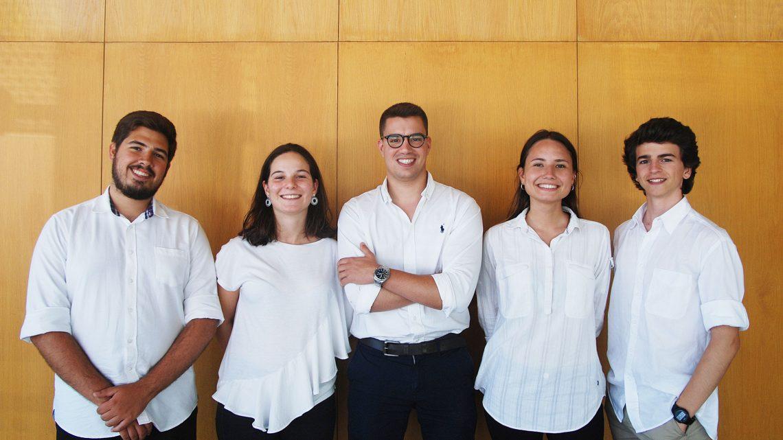 Grupo de 5 estudantes que participaram na Academia Europeia de Inovação