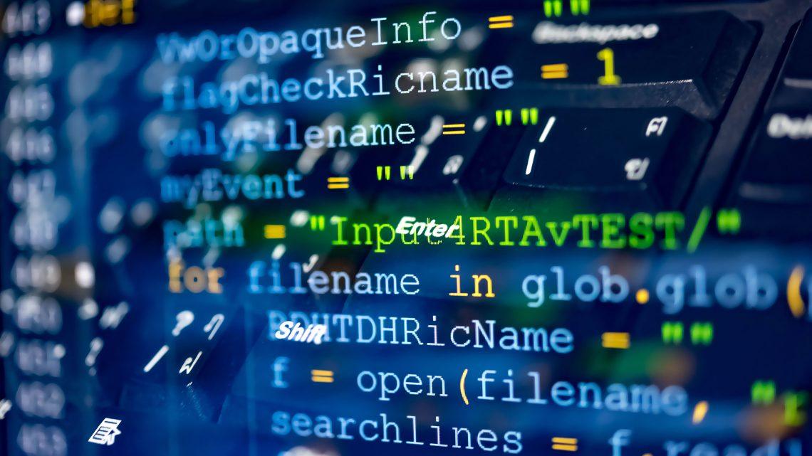 Visualização de código informático sobre um teclado