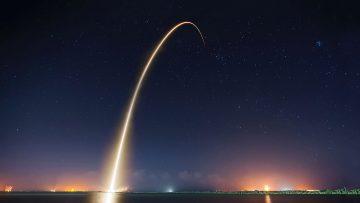 Rasto de luz deixado pelo lançamento noturno de um foguetão