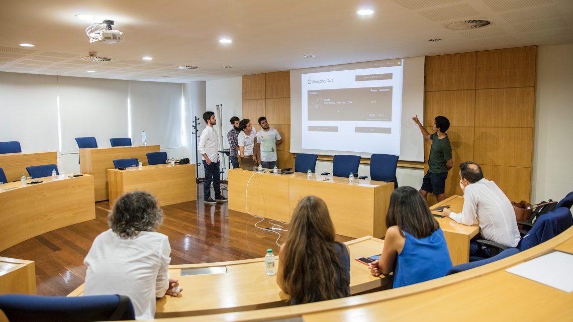 Estudantes a apresentar o seu projeto diante do júri.