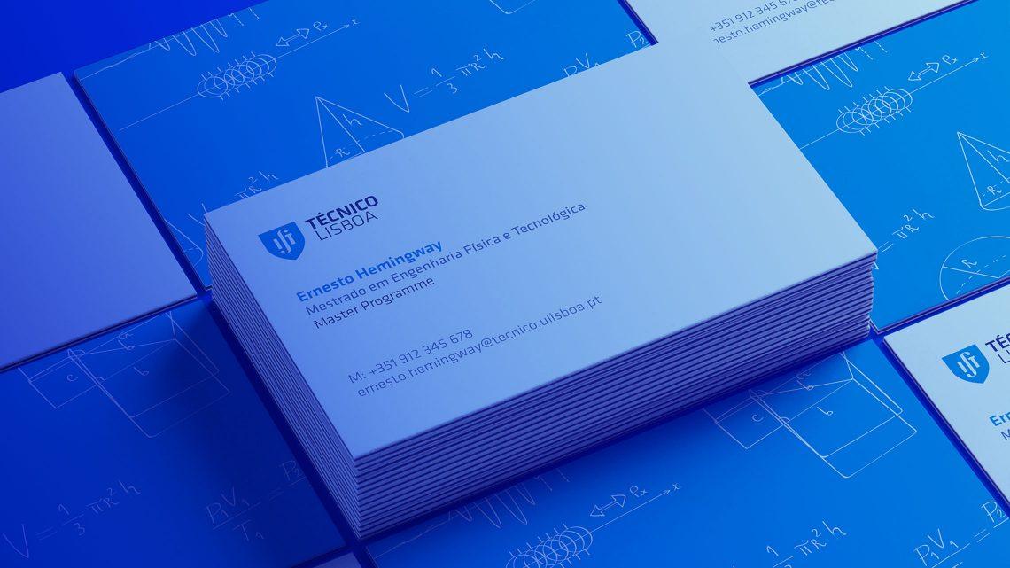 Detalhe dos cartões de visita do Técnico, dispostos em ângulo sobre um fundo azul
