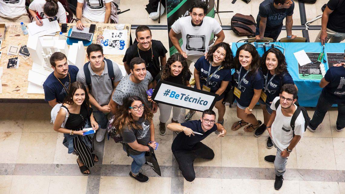 Novos alunos a posar para a fotografia enquanto seguram uma placa com a hashtag 'Be Técnico'