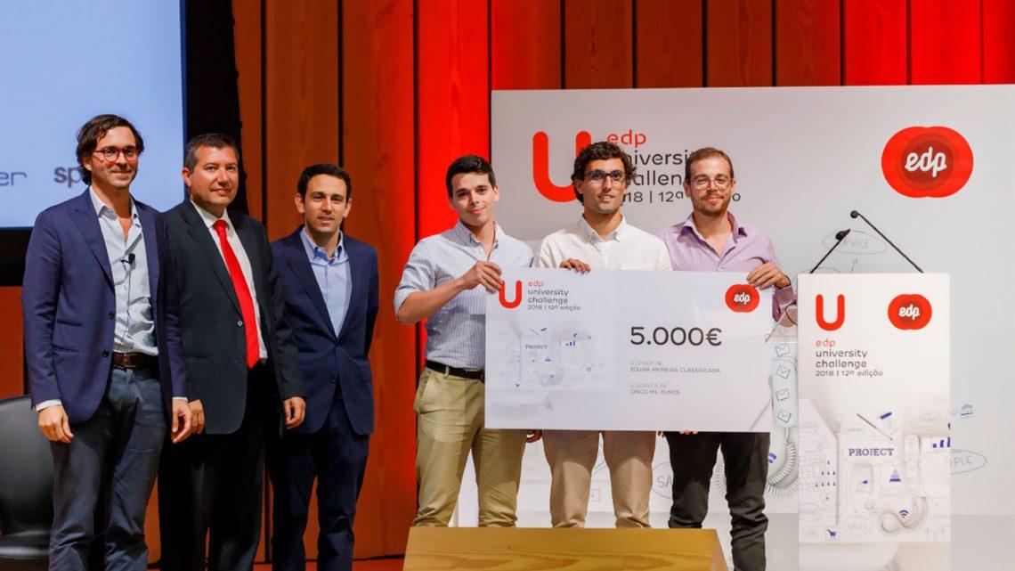 Os alunos vencedores no palco do EDP University Challenge ao lado de três representantes do concurso