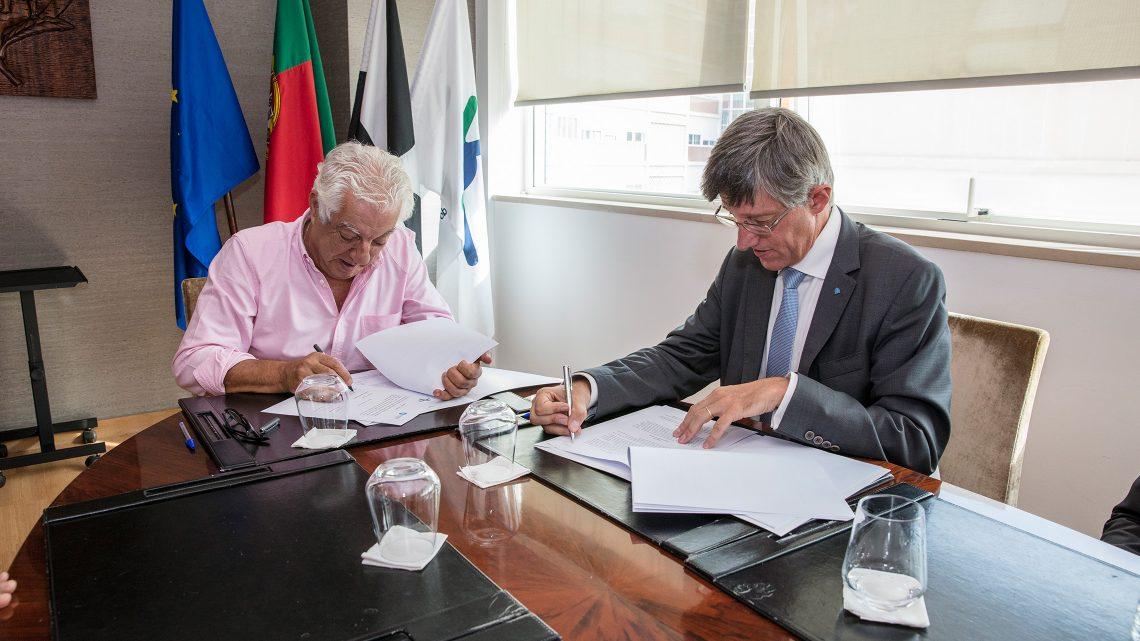 Presidente da Junta de Freguesia do Areeiro e Arlindo Oliveira lado a lado na assinatura do acordo