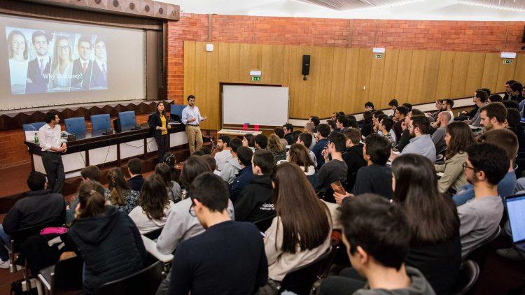 Anfiteatro Abreu Faro repleto de alunos ávidos por descobrir a McKinsey & Company