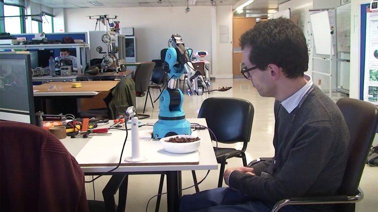 Feedbot: o braço robótico que ajuda a alimentar pessoas com problemas de mobilidade